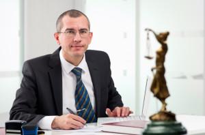 Das Berufsbild ist je nach Unternehmen verschieden. Ein Rechtsanwaltsfachangestellter muss sich mit Recht auskennen