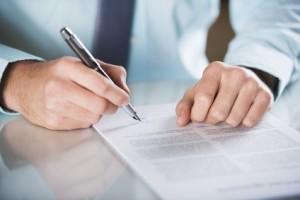 Rechtsanwaltsfachangestellte müssen eine Zwischenprüfung ablegen, die zwei Abschnitte mit jeweils 60-minütigen Klausuren umfasst.